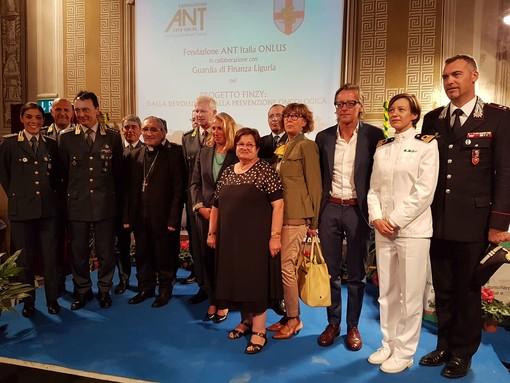 """Albenga, la Guardia di Finanza dona capi di abbigliamento all'ANT con il """"Progetto Finzy"""" (FOTO)"""