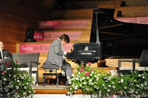 Finale Ligure, Ramin Bahrami riceve il Premio Inquieto dell'anno