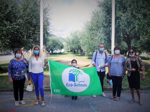 """Le due Albisole """"promosse in ambiente"""": consegnata la Bandiera Verde Eco-schools"""