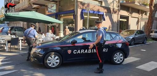 Albenga, ubriaco contro dehor perchè geloso di una ragazza: guidava con patente falsa