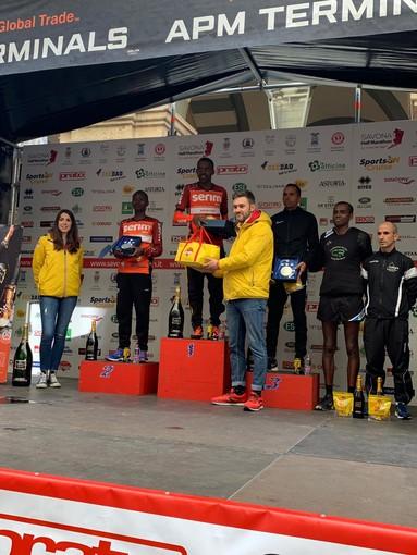 Biraghi consegna un premio alla Half Marathon di Savona