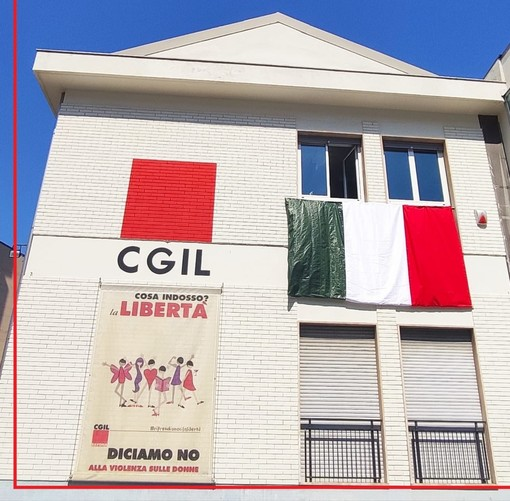 Una panchina rossa alla Camera del Lavoro di Savona per dire no alla violenza sulle donne