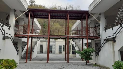"""Carcare, conclusa la costruzione di una passerella di collegamento tra i padiglioni """"nuovi"""" del cimitero comunale (FOTO)"""