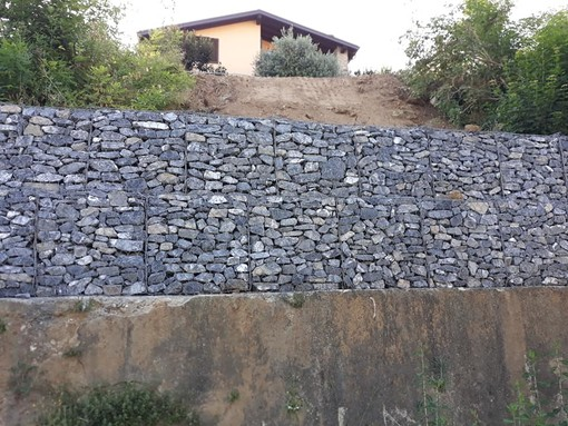 Carcare mette in sicurezza via Luigi Corsi: realizzato un muro di contenimento (FOTO)
