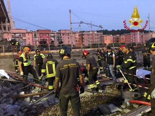 Crollo Ponte Morandi, notte di lavoro per i soccorritori in Val Polcevera