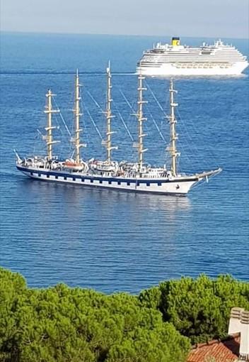 LA FOTONOTIZIA: due maestose navi da crociera di epoche diverse si incontrano a Savona