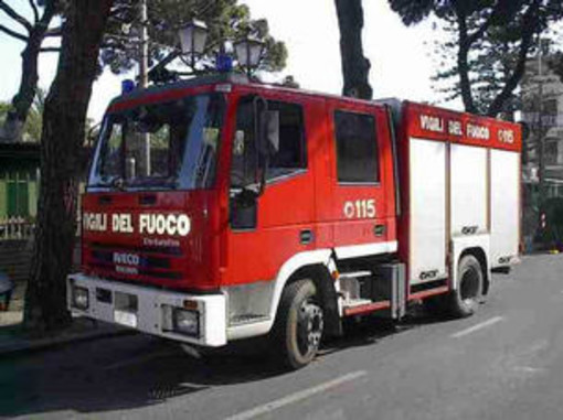 Bastia d'Albenga: camion incastrato in una rotonda intervengono i Vigili del Fuoco