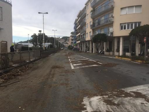 """Albissola Marina in ginocchio dopo la mareggiata, il sindaco Nasuti: """"Una nottata che non è mai finita"""" (FOTO e VIDEO)"""