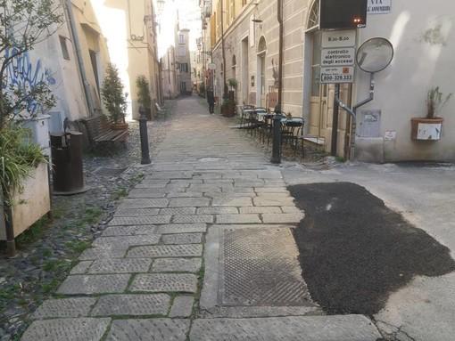 """Graffiti sulle mura e """"tappulli"""" nell'asfalto. Il decoro di Finalborgo in consiglio comunale"""