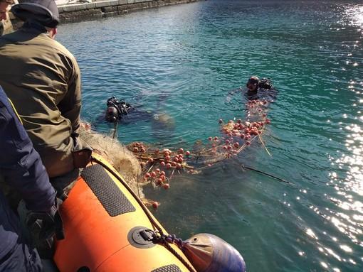 """Albenga, la Guardia Costiera recupera 400 metri di rete """"fantasma"""" all'Isola Gallinara"""