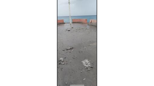 Finale, fulmine sul molo di Pia: danneggiata la pavimentazione (FOTO)