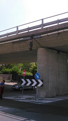 Fantoccio appeso dal ponte dell'Aurelia ad Albenga