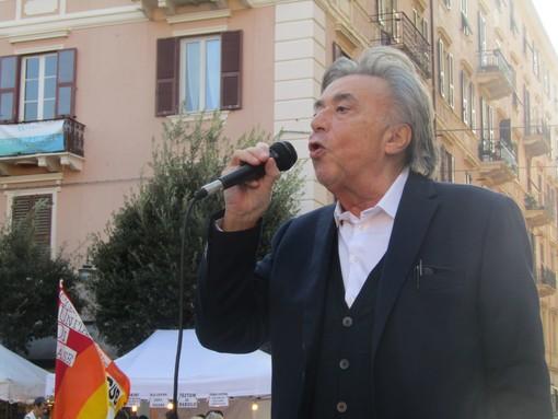 """Carlo Freccero in piazza coi no-Green Pass, da Savona attacca tv e social: """"Un clima di propaganda atroce"""" (FOTO e VIDEO)"""
