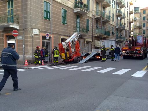 Un mezzo cingolato s'incaglia manovrando a Villapiana: via Milano in tilt e Vigili del Fuoco (le foto)