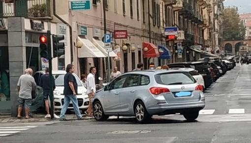 Savona: scontro tra due autovetture, una sfonda la vetrina di un negozio