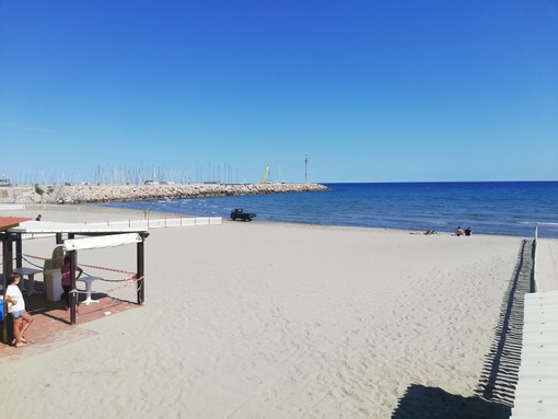 Andora apre le spiagge libere e gli stabilimenti balneari per l'elioterapia