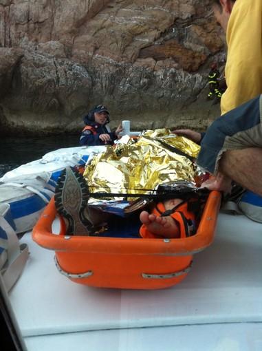 Salva per miracolo: Capitaneria e Vigili del Fuoco soccorrono rocciatrice francese a Capo Noli (le foto)