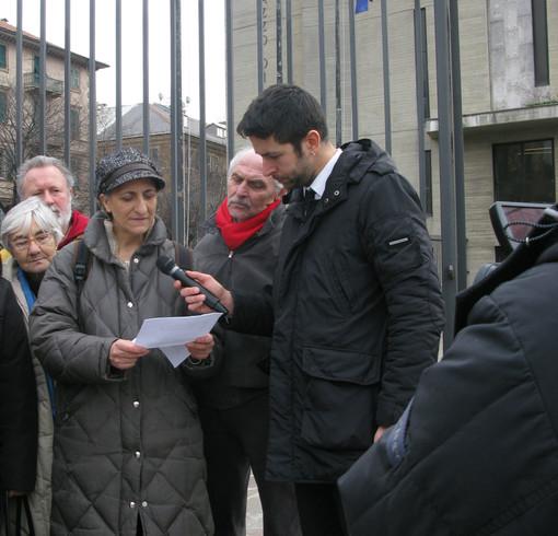 Pablo Trincia de Le Iene intervista una rappresentante dei comitati