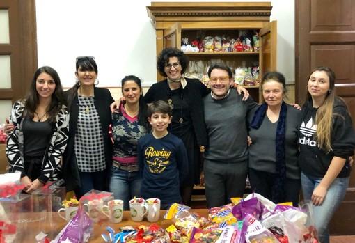 """Savona, i consiglieri comunali diventano """"Befane"""" per donare dolci e regali ai bambini"""