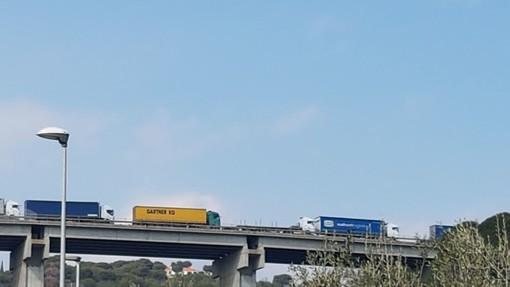 Camion tampona auto sulla A10: due feriti lievi e traffico in tilt tra San Bartolomeo al Mare e Andora