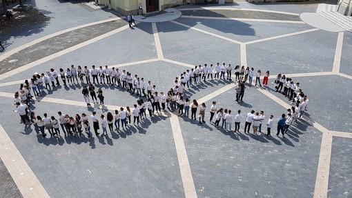 """Gli studenti del """"Falcone"""" di Loano celebrano in piazza """"L'Infinito"""" di Leopardi"""