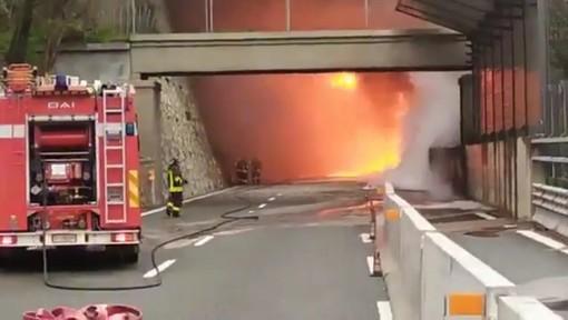 Camion in fiamme sulla A10 tra Varazze e Arenzano: traffico riaperto, in corso le operazioni di bonifica (FOTO e VIDEO)