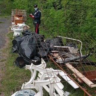 Piana Crixia, abbandono di rifiuti ingombranti nel bosco: denunciato un artigiano