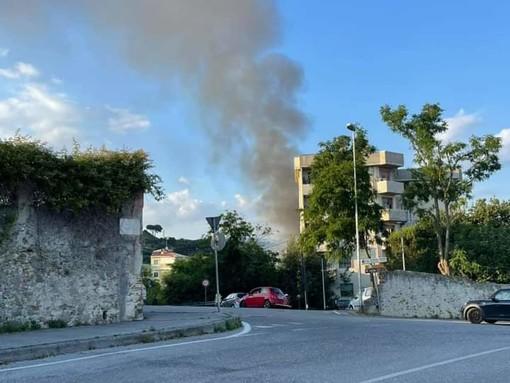 Savona, baracca e sterpaglie a fuoco in via Moizo: soccorsi in atto (FOTO e VIDEO)
