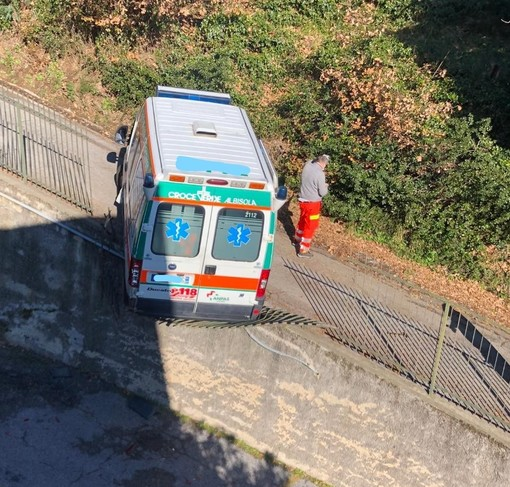 Savona, ambulanza rischia di cadere sulla strada sottostante