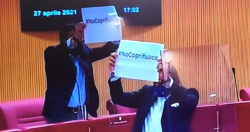 Riaperture, consiglieri regionali della Lega con i cartelli in aula: no al coprifuoco