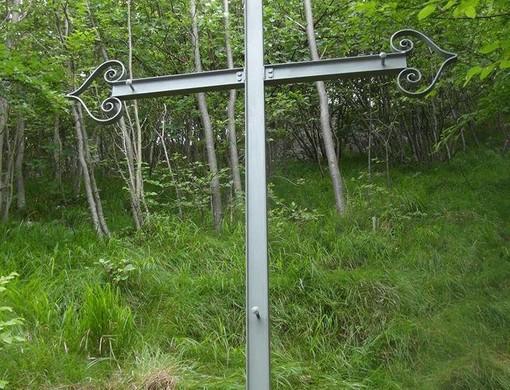 La croce posta sul luogo della tragedia avvenuta il 27 febbraio 1977