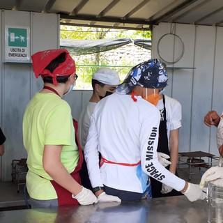Laboratorio di cucina nella scuola di Borgio Verezzi: gli studenti alle prese con la ricetta De.Co. delle lumache alla verezzina (FOTO)
