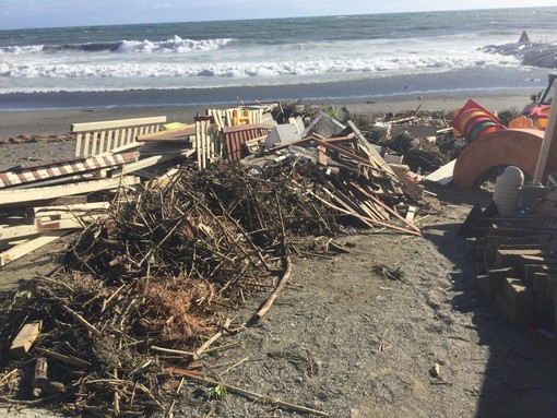 """Varazze, la mareggiata e il forte vento devastano il porto e gli stabilimenti balneari, sindaco Bozzano: """"Danni per circa 1 milione di euro"""" (FOTO e VIDEO)"""