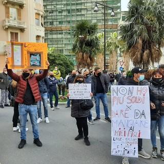 Savona, gli ambulanti scendono in piazza: corteo per le vie della città e protesta sotto la Prefettura (FOTO e VIDEO)
