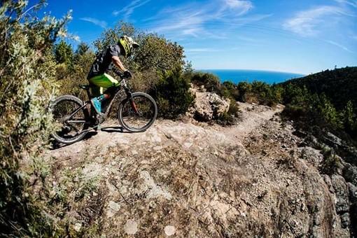 """I sentieri di Pietra Ligure ospitano il """"Trofeo delle nazioni"""" di MTB"""