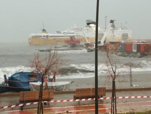 Mareggiate: paura a Porto Vado, la Corsica Ferries rompe gli ormeggi