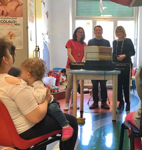 """L'associazione """"Il Canto della Terra - Finale Ligure"""" porta sollievo con la musica ai bimbi della pediatria del San Paolo"""