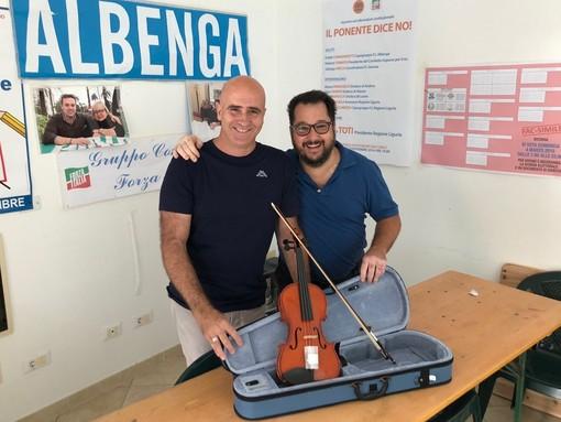 Albenga, un violino in dono al neonato Liceo musicale: l'omaggio di Nicola Podio e Roberto Tomatis