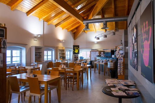 """Prosegue nella caffetteria della Biblioteca Civica di Alassio il progetto """"Nonunomeno"""""""