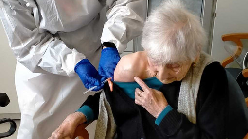Sconfigge il Covid, brinda ai 100 anni... e ora il vaccino: l'incredibile storia di nonna Giovanna