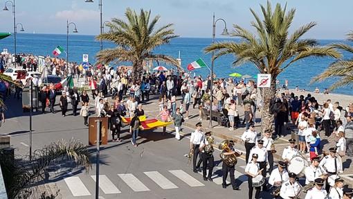 """Albenga saluta la """"Festa della Repubblica"""" con i paracadutisti (FOTO e VIDEO)"""