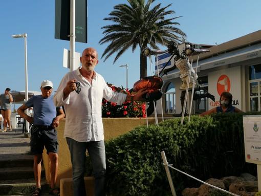 """Albisola, inaugurata l'opera """"Pe Sciortî"""": un mix tra l'uscita dal lockdown e il mare"""