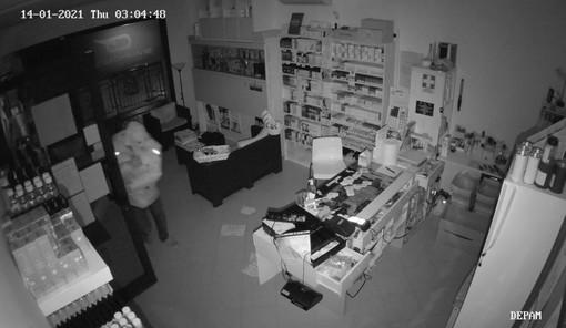 """Pietra Ligure, furto ai danni del negozio """"Svapotel - sigarette elettroniche"""" di corso Italia (FOTO)"""
