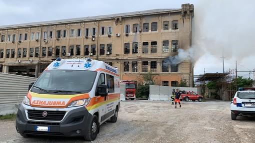 Pietra, incendio negli ex cantieri Rodriquez: mobilitati i vigili del fuoco (FOTO e VIDEO)
