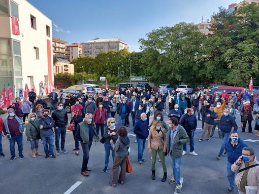 """Assalto alla sede Cgil a Roma, a Savona un centinaio in presidio in via Boito: """"Fatti che ci riportano al fascismo e al nazismo, non arretriamo di un millimetro"""" (FOTO E VIDEO)"""
