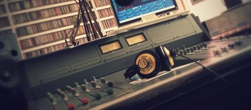 Il barzellettiere ingauno Gaetano Adiletta e il segretario generale di CGIL Savona Andrea Pasa ai microfoni di Radio Onda Ligure 101