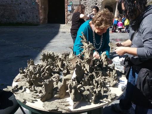 """Nelle due foto: L'assemblaggio delle mani da parte della maestra Stefania Guerra Lisi; la 3° F e l'opera  """"Pop Art Rebel"""""""