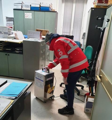 Foto: le operazioni di sanificazione nel palazzo comunale di Ceriale