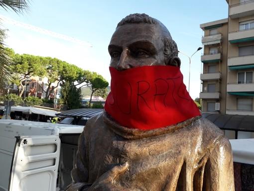 """Loano, la statua di San Francesco """"imbavagliata"""" da CasaPound: la condanna del sindaco Pignocca"""