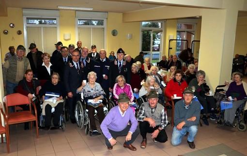 Le associazioni d'Arma di Albenga portano i loro auguri agli ospiti del Tricheri (FOTO)